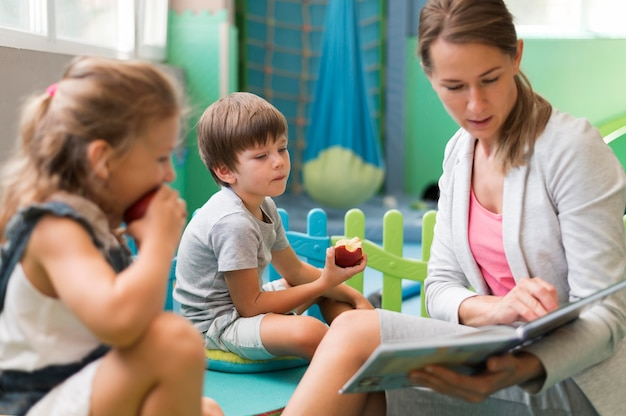 Professor mediano lendo para crianças