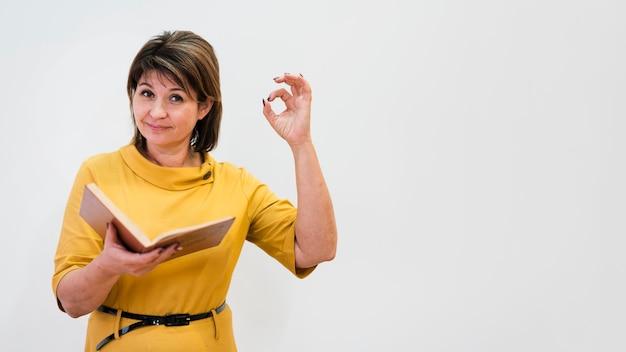Professor mostrando sinal de ok
