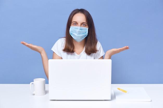 Professor on-line com tutoria de máscara protetora pela internet