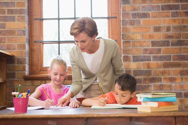 Professor que ajuda alunos na biblioteca