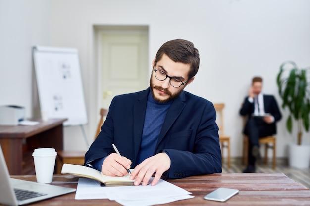 Professor que escreve o livro no escritório