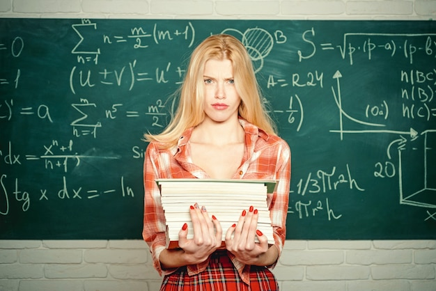 Professor segurando um monte de papéis de exame