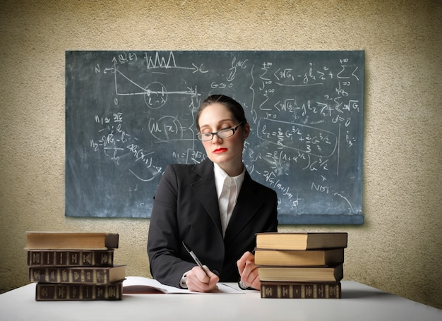 Professor sério corrigindo exames