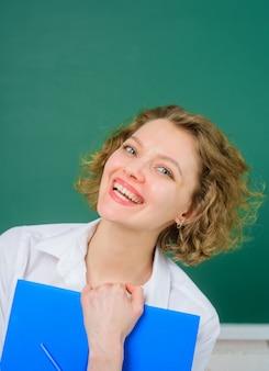 Professor sorridente com diário da turma. professor feliz diário da turma de volta à caneta das disciplinas escolares