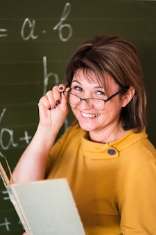 Professor sorridente de alto ângulo