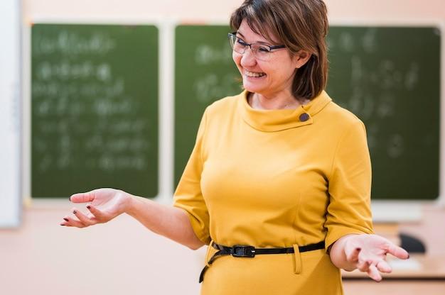 Professor sorridente de retrato na aula