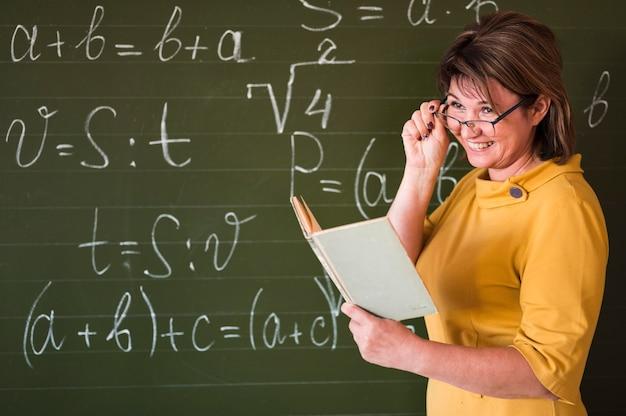 Professor sorridente na classe