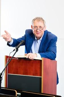 Professor universitário dando palestra
