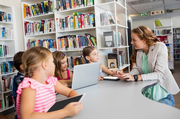 Professor, usando o computador com os alunos