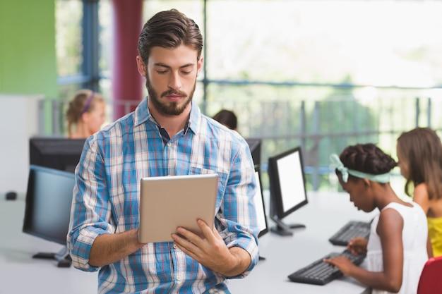 Professor usando tablet digital em sala de aula