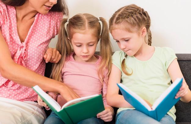Professora ajudando seus alunos a ler