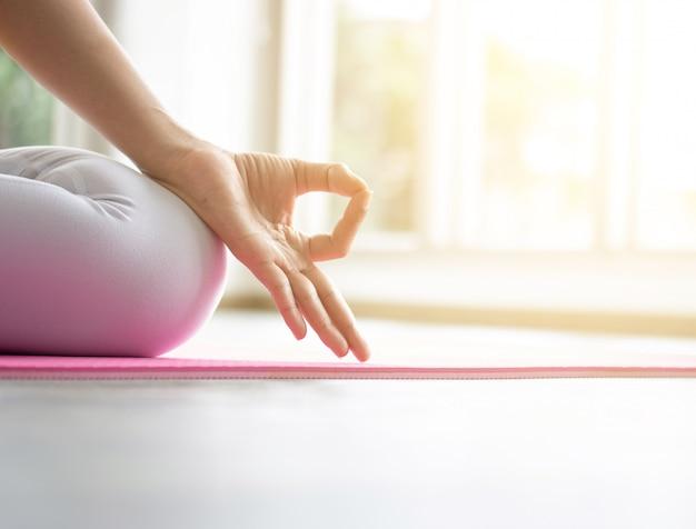 Professora asiática de yoga feminino está treinando seu corpo para ser forte e saudável com yoga.
