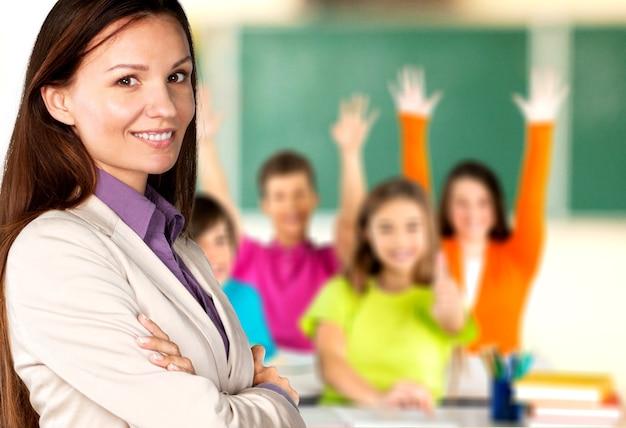 Professora com crianças na aula no fundo