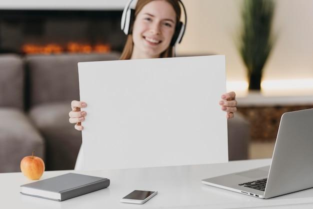 Professora conversando com os alunos online cópia espaço papel