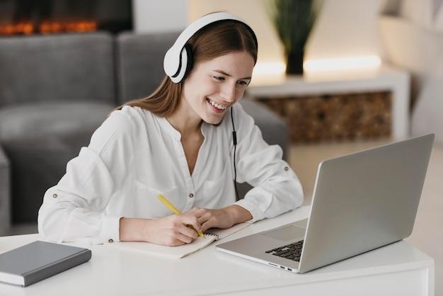 Professora conversando com seus alunos online