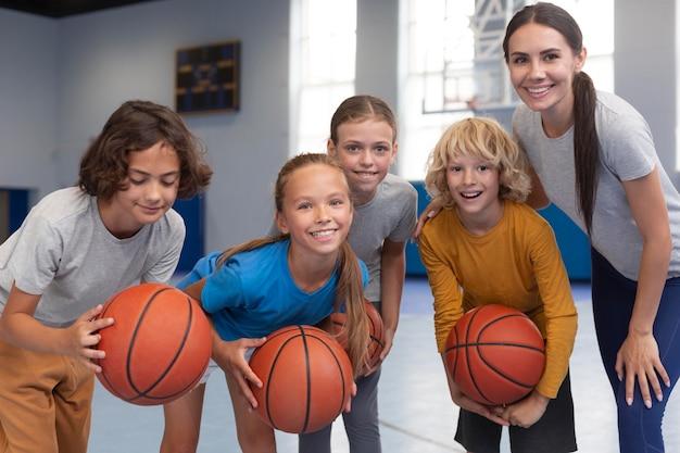 Professora de esportes com seus alunos