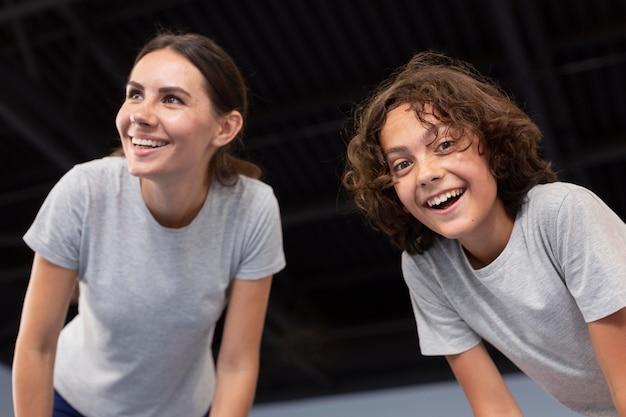 Professora de esportes com sua aluna