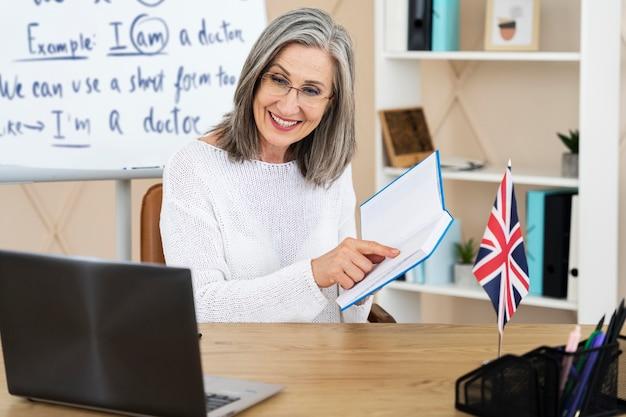 Professora de inglês fazendo aulas online