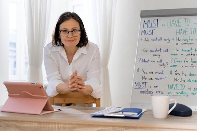 Professora de inglês fazendo sua aula com um quadro branco