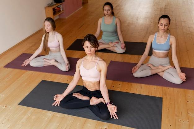 Professora de ioga dando aula