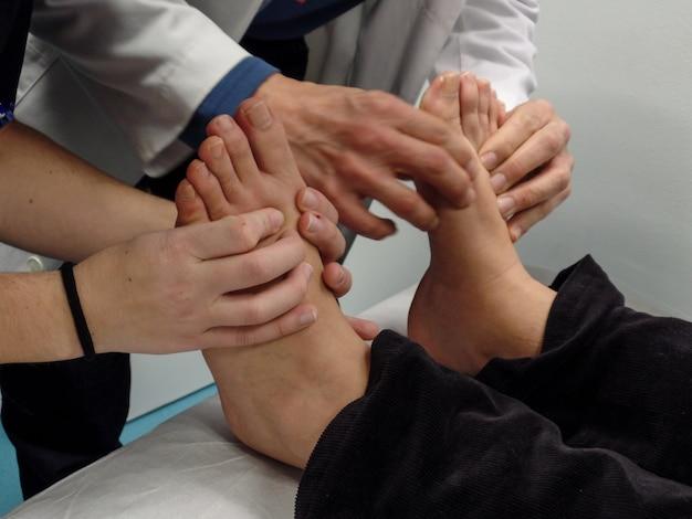 Professora de podologia e biomecânica ensina aos alunos as diferentes técnicas
