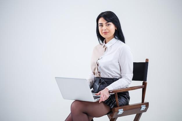Professora, empresário está estudando um novo projeto em um laptop. conceito de jornada de trabalho