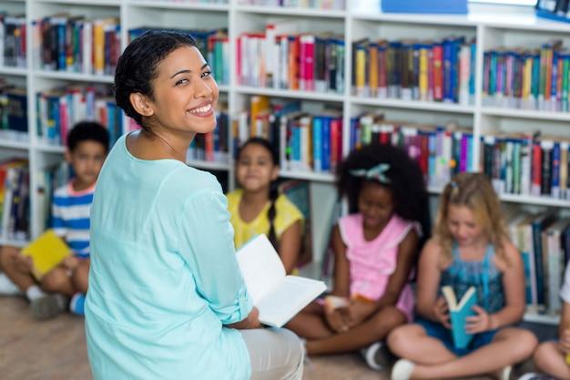 Professora feliz com crianças