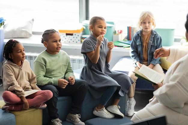 Professora lendo para seus alunos