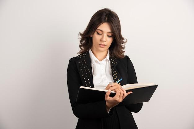 Professora ocupada escrevendo notas para a aula.