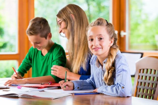 Professora particular dando aulas em casa