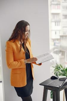 Professora profissional de mulher. tutor trabalhando em casa. aulas online.
