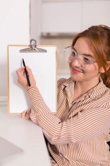 Professora sorridente mostrando a aula online