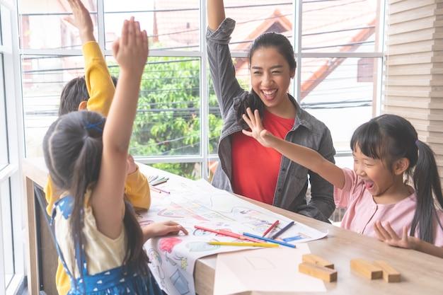 Professores e alunos do jardim de infância entregam felicidade