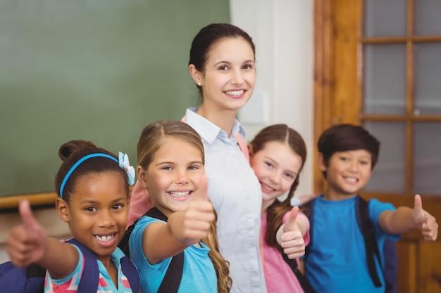Professores e alunos sorridentes na sala de aula