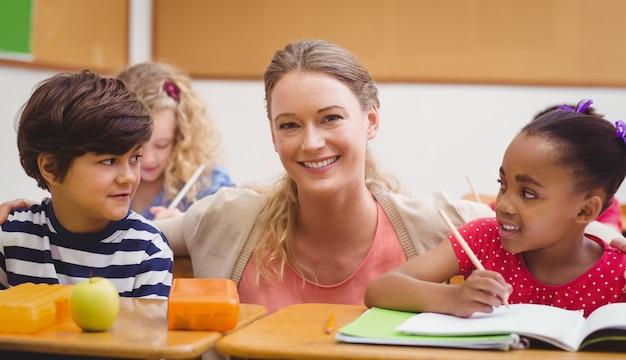 Professores e alunos trabalhando na mesa juntos