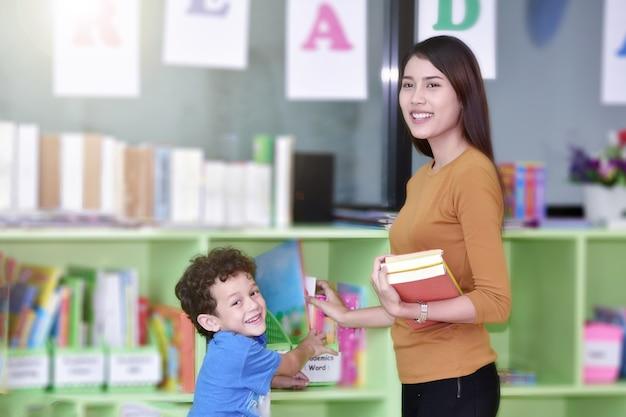 Professores e criança