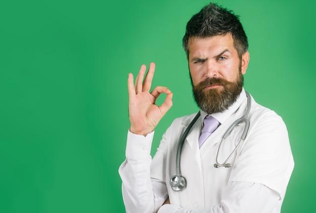 Profissão clínica, gesto de medicina de saúde e conceito de pessoas, médico, médico, homem, barba