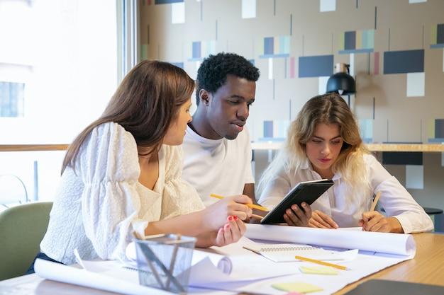 Profissionais criativos trabalhando em projetos de design juntos