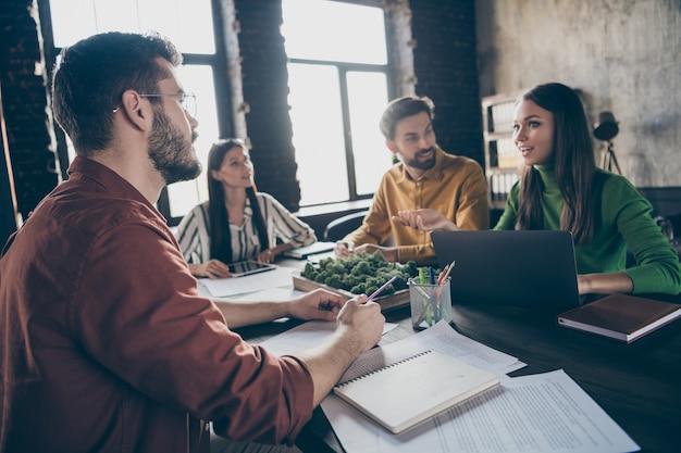 Profissionais de marketing positivos e alegres praticam alunos experientes conversam, conversam, discusem, iniciam o desenvolvimento