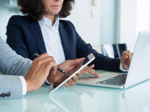Profissionais de negócios, verificação de relatórios