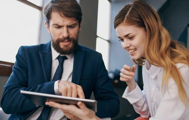 Profissionais de tecnologia de comunicação de internet homem e mulher