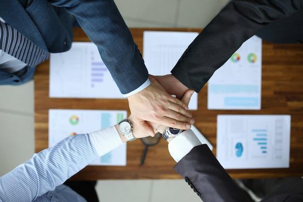 Profissionais especialistas e colegas de trabalho