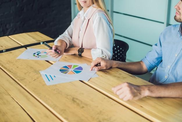 Profissionais jovens e atraentes com formação empresarial