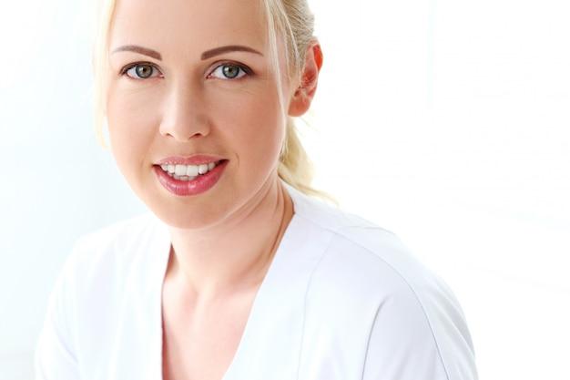 Profissional. cosmetologista bonito com sorriso bonito
