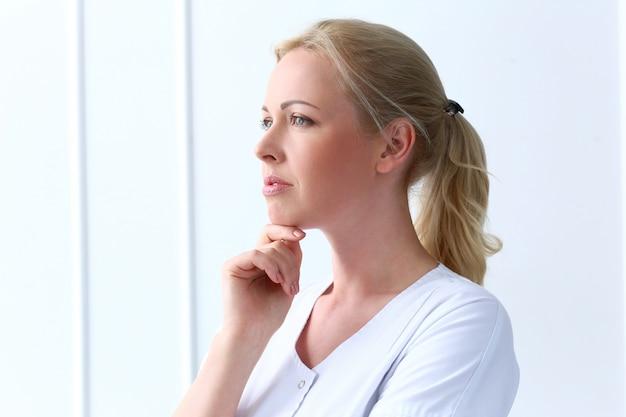 Profissional. cosmetologista linda com rosto lindo