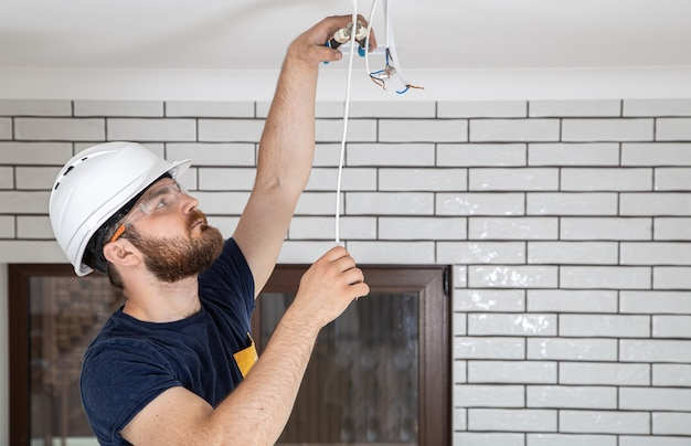 Profissional de macacão com ferramentas no fundo do local de reparo. conceito de renovação em casa.