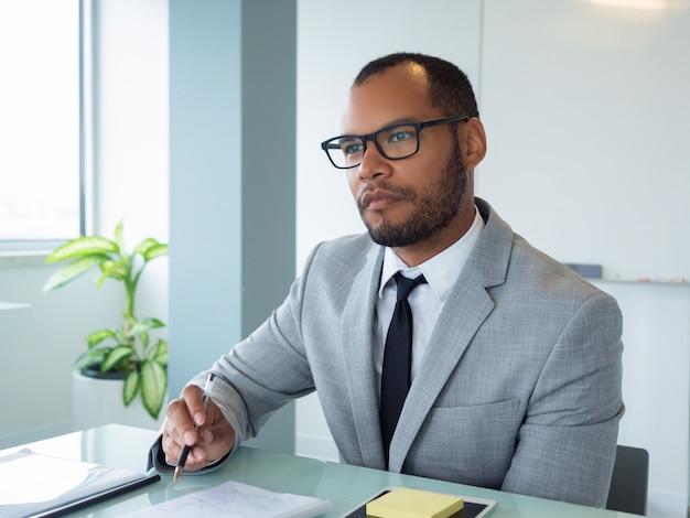 Profissional de negócios focado ouvindo alto-falante