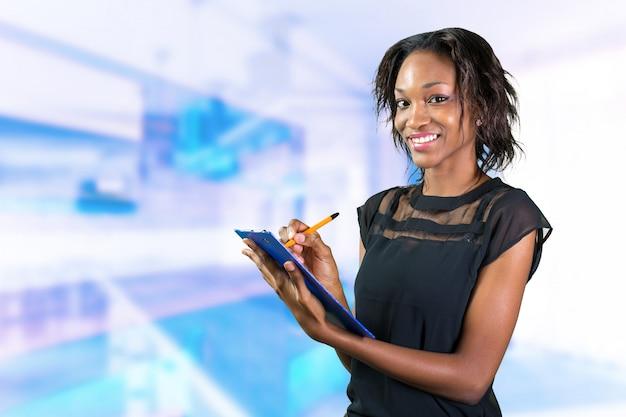Profissional de negócios linda, mulher negra africana fazendo anotações