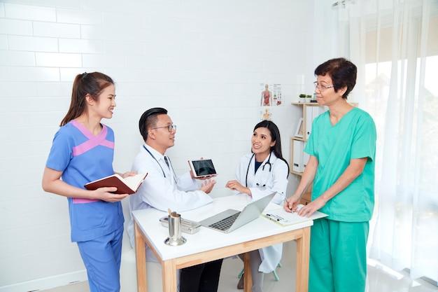 Profissional de saúde asiático