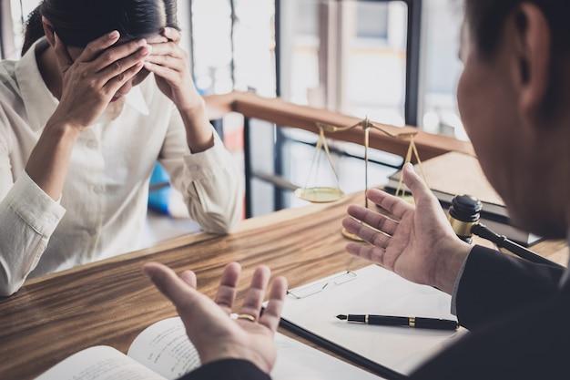 Profissional, executiva, e, advogados masculinos, trabalhando, e, discussão, tendo, em, escritório lei